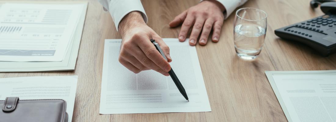 ¿Cómo debe ser el contrato entre un inversionista y un corredor?